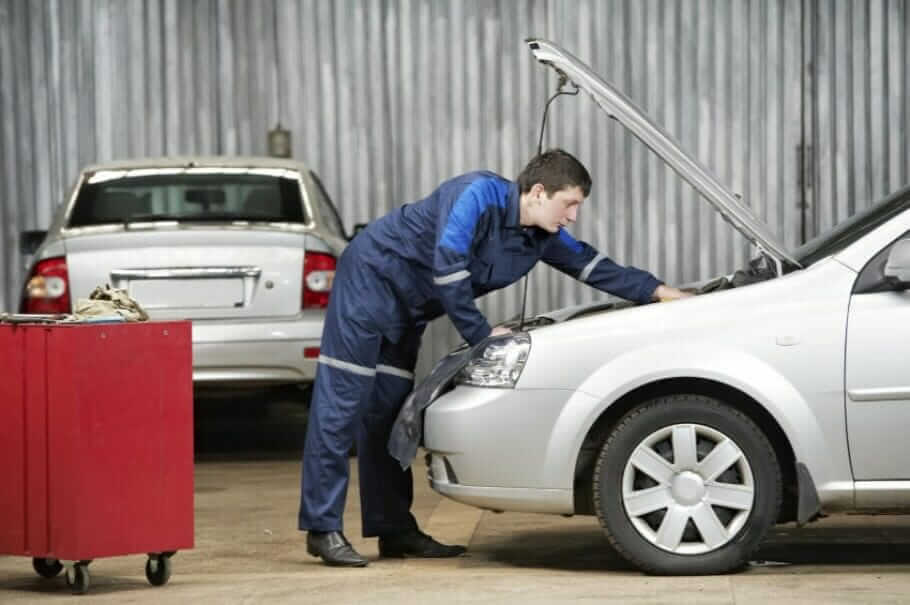 Warning in training: 9 reasons and their consequences car mechanic diagnosing auto engine problem