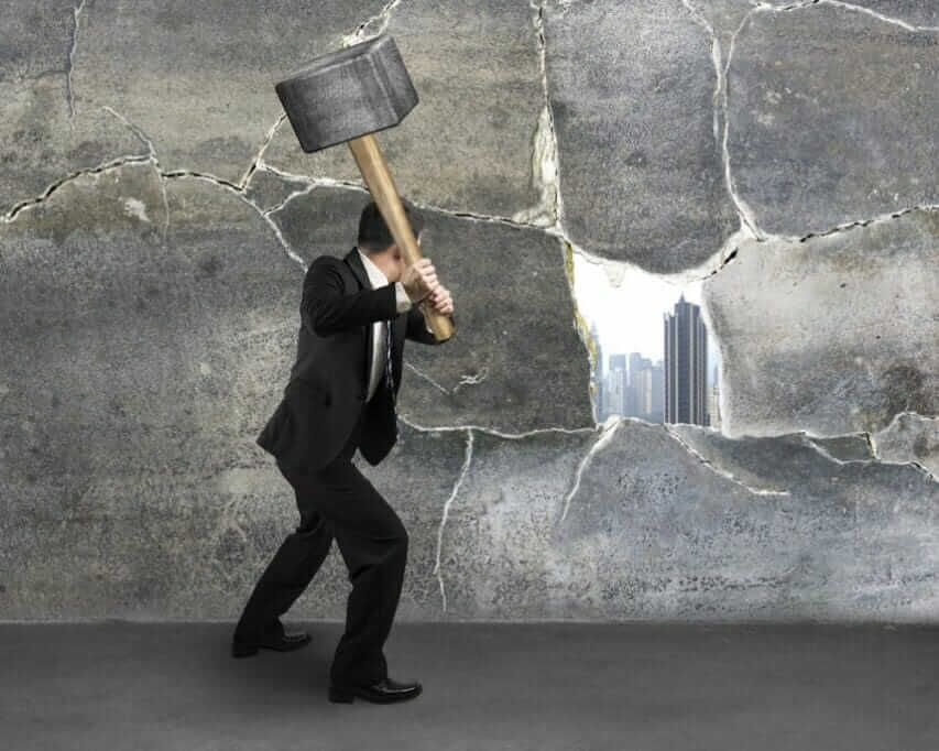Karriereplanung und Strategie für Führungskräfte: 6 Praxistipps für den Erfolg break-wall-block