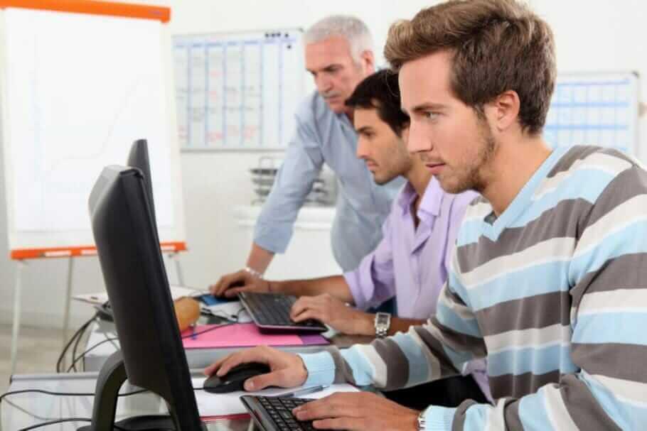 IT-Studenten vor dem Rechner