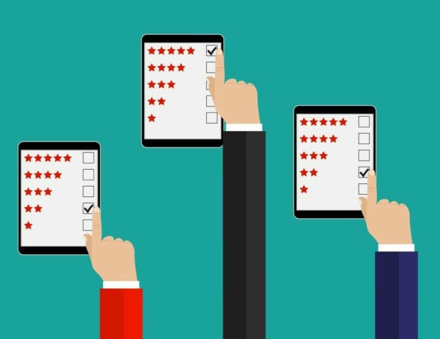 Bewertung per Smartphone: Hände tippen auf Sternesysteme