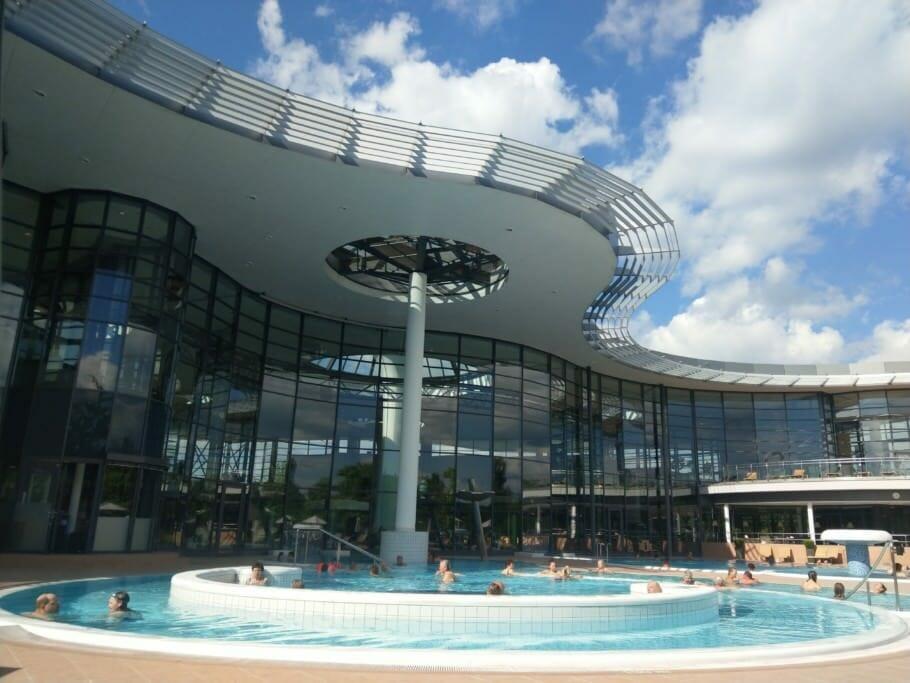 {Medienpartnerschaft} Networking und Gesundheitsmanagement im Thermalbad: Mit Barack Obama im Pool?